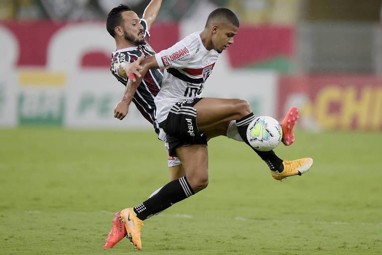 Yago Felipe e Brenner disputam bola durante partida entre Fluminense e São Paulo no Maracanã