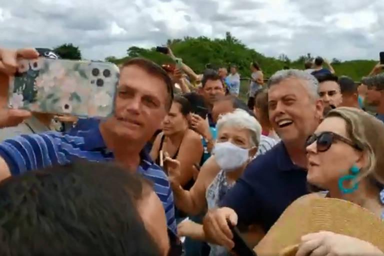 Bolsonaro tira foto com apoiadores em São Francisco do Sul (SC), na quarta (23)