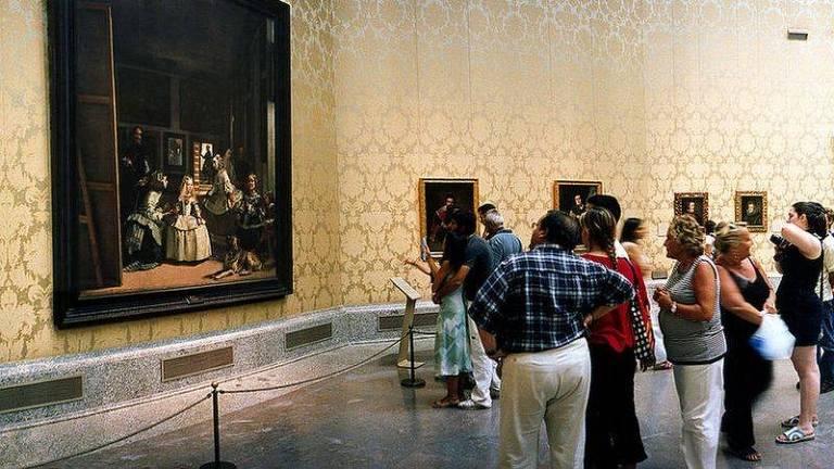 pessoas vendo quadro no museu