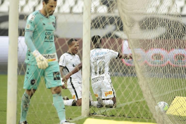 Cazares comemora com Otero seu gol neste domingo