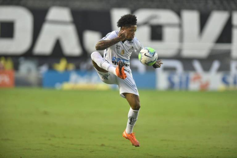 Marinho, que abriu o placar, domina a bola na Vila