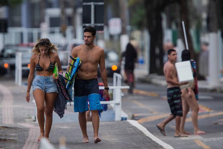 Nas praias de São Paulo, uso de máscara vira raridade entre turistas