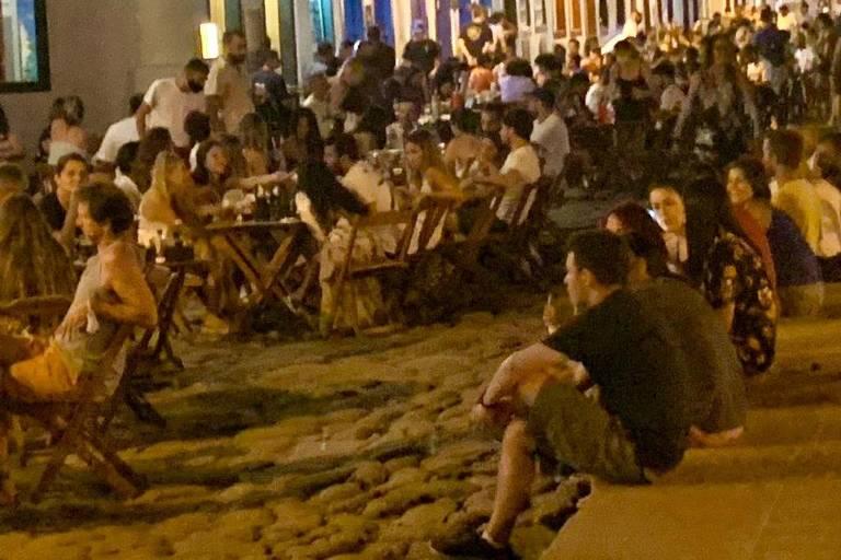 Em Paraty, turistas dispensam o uso de máscara na área central da cidade