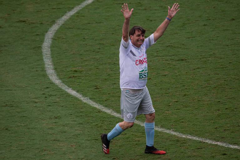 O presidente Jair Bolsonaro comemora seu gol durante jogo beneficente na Vila Belmiro, em Santos, no litoral paulista