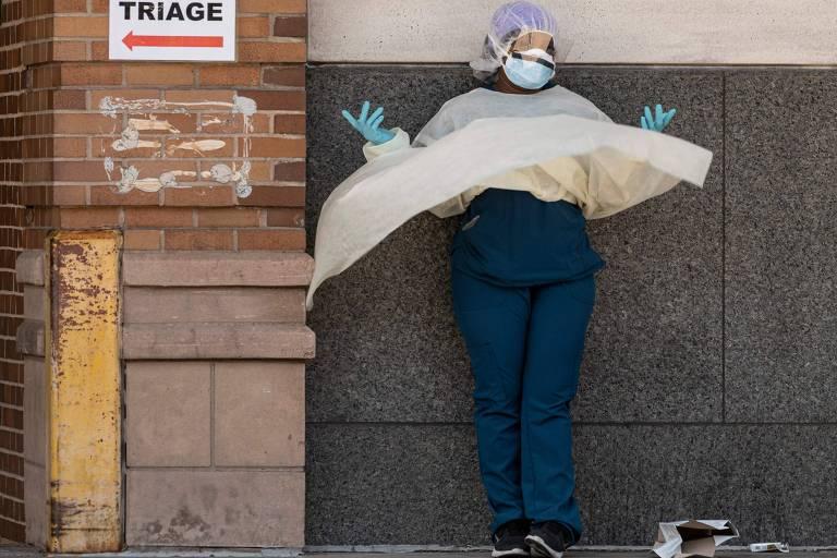 Profisisonal de saúde de unidade especial para pacientes com Covid-19 em Nova York durante pausa