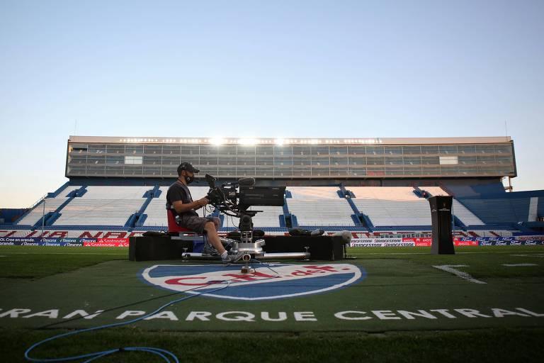 Câmera no estádio do Nacional (URU) antes de jogo pela Libertadores