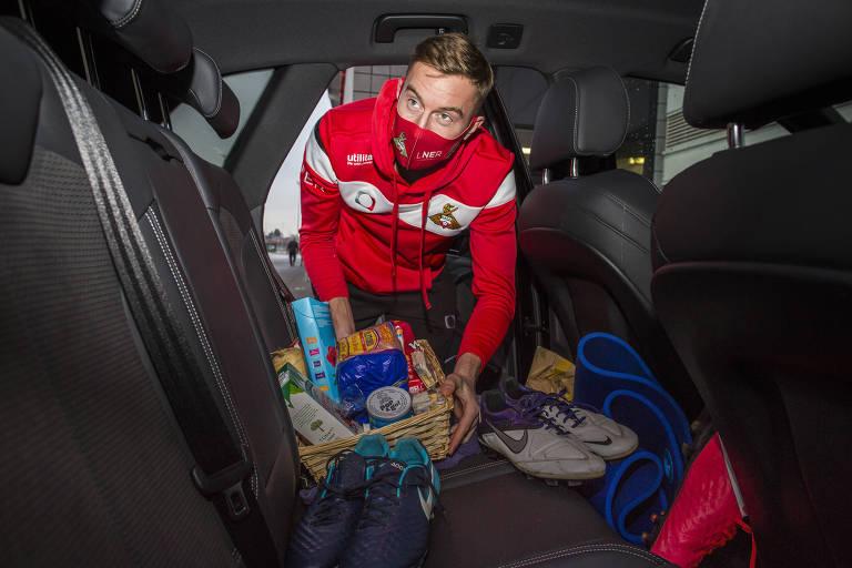 Joe Lumley, do Doncaster, no carro com kit de produtos