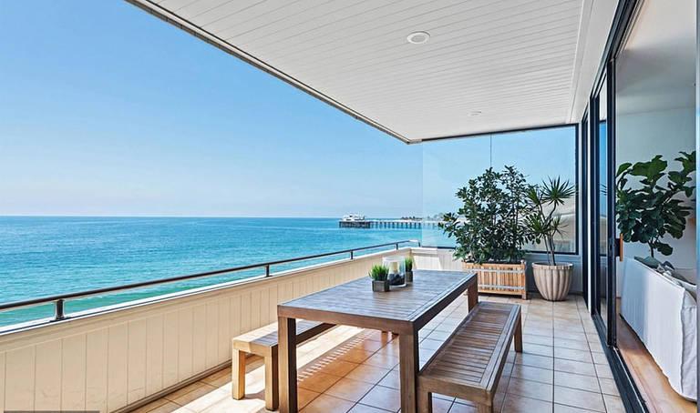 A casa tem 2.000 m2 quadrados em Malibu, Califórnia