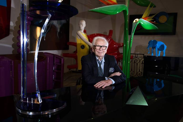 O estilista Pierre Cardin posa para foto em loja com o seu nome, em Paris