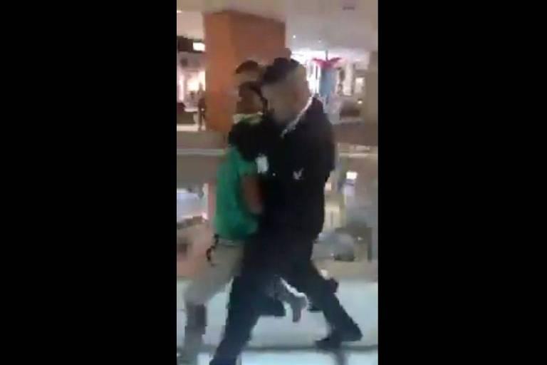Jovem é agredido por seguranças em shopping baiano