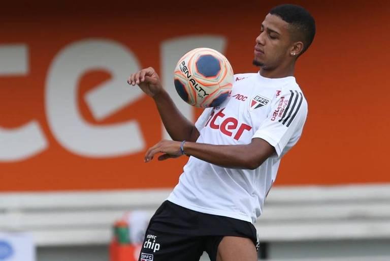 O atacante Brenner tenta controlar a bola no peito no treino do São Paulo
