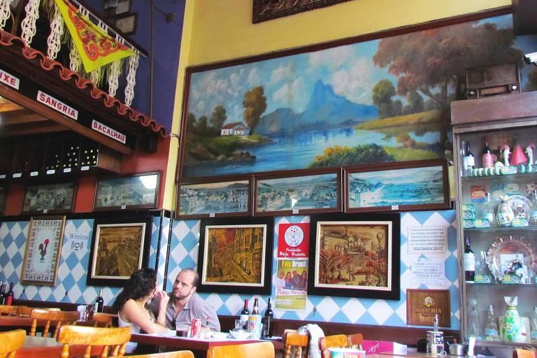 Quadro de Nilton Bravo na parede do Adega Flor de Coimbra, tradicional botequim do Rio que fechou durante a pandemia