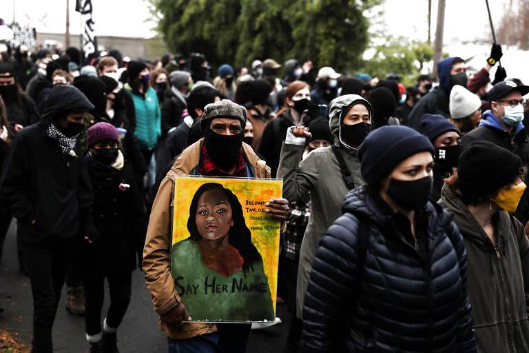 Manifestante leva quadro com pintura de Breonna Taylor, durante passeata em Vancouver, no estado de Washington, realizada após Kevin E. Peterson Jr. ser morto pela polícia