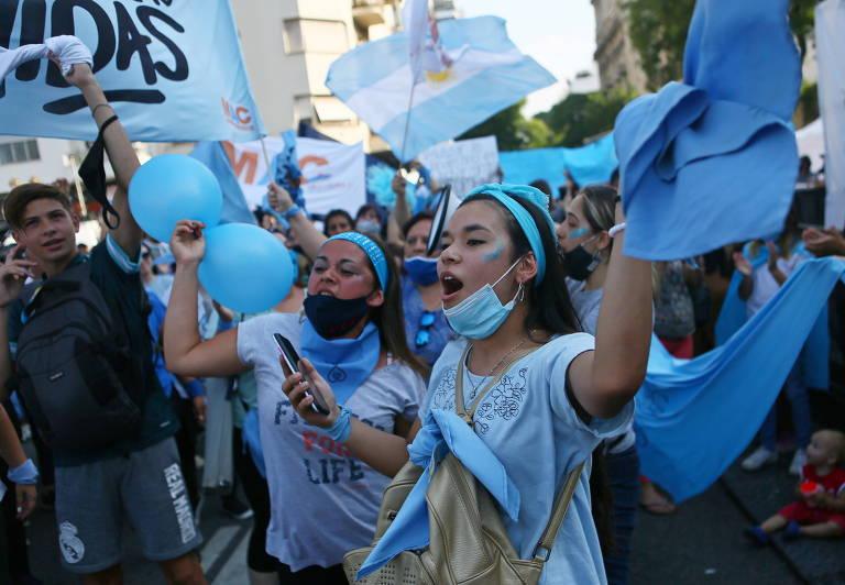 Manifestantes antiaborto protestam contra projeto de lei que legaliza interrupção da gravidez durante votação no Senado