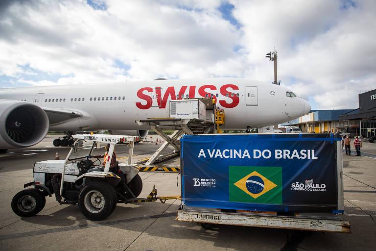 Lote de Coronavac desembarca no aeroporto de Cumbica, em Guarulhos (Grande SP), nesta quarta-feira (30)