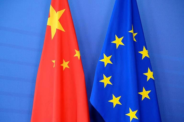 As bandeiras de China, à esq., e União Europeia durante reunião em Bruxelas