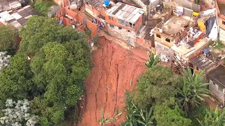 Casas desabam após chuva forte atingir Embu das Artes; quatro pessoas da mesma família morreram e duas estão desaparecidas