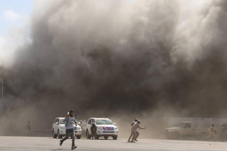 Pessoas correm após explosões no aeroporto de Áden, capital interina do Iêmen