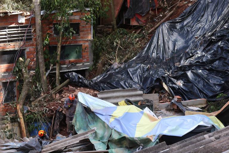 Casas desabam após deslizamento de terra em Embu das Artes