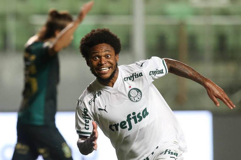 O jogador Luiz Adriano, da SE Palmeiras, comemora seu gol contra a equipe do América FC, durante partida válida pelas semi finais (volta), da Copa do Brasil, na arena Independência