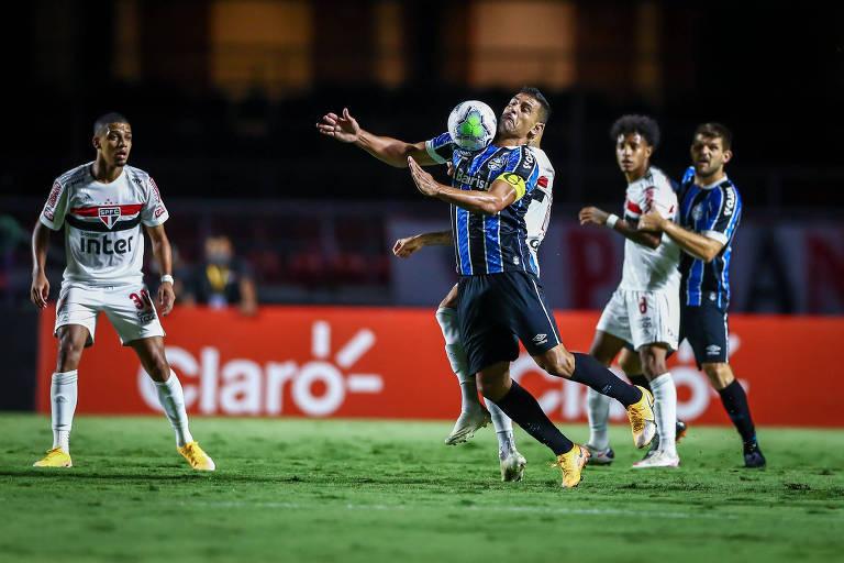 Diego Souza domina a bola durante partida entre São Paulo e Grêmio pela Copa do Brasil