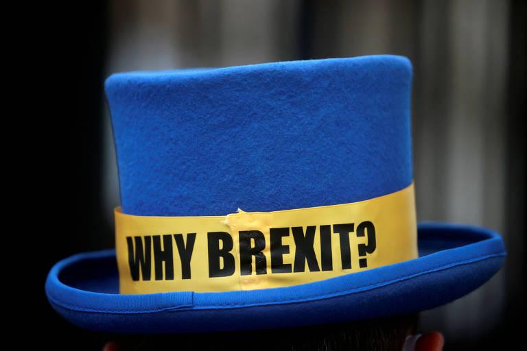 Cartola com a cor da União Europeia e a frase 'por que o brexit?' em protesto em Londres
