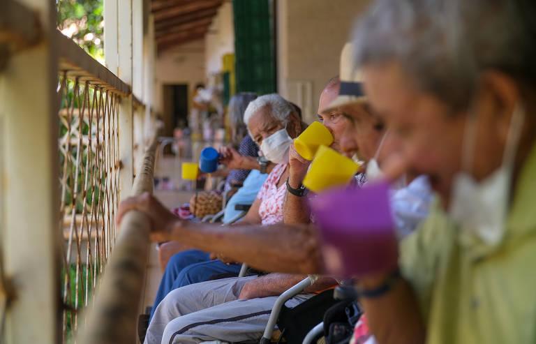 A solidão dos idosos isolados em asilos na pandemia