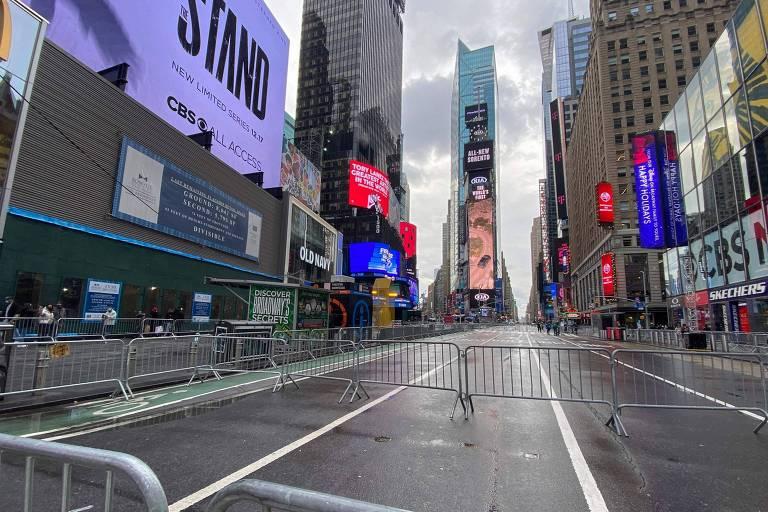 Barreiras colocadas em uma rua vazia antes da celebração do Ano-Novo na Times Square, em Nova York