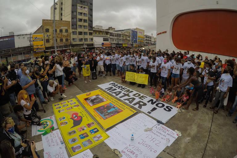 Pessoas participam de manifestação contra morte das primas Rebeca e Emily
