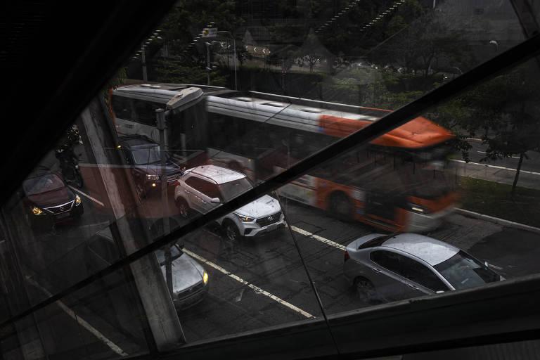 O prefeito reeleito Bruno Covas (PSDB) cumpriu apenas 24 das 71 metas definidas para 2019 e 2020 pela sua gestão, segundo levantamento feito pela Lupa. Um dos piores desempenhos da prefeitura ocorreu em mobilidade urbana. Das seis metas previstas, quatro não foram cumpridas. Covas não conseguiu implantar 9,4 quilômetros de corredores de ônibus. Corredor de ônibus da Avenida Rebouças, na zona oeste de São Paulo, em horário de pico