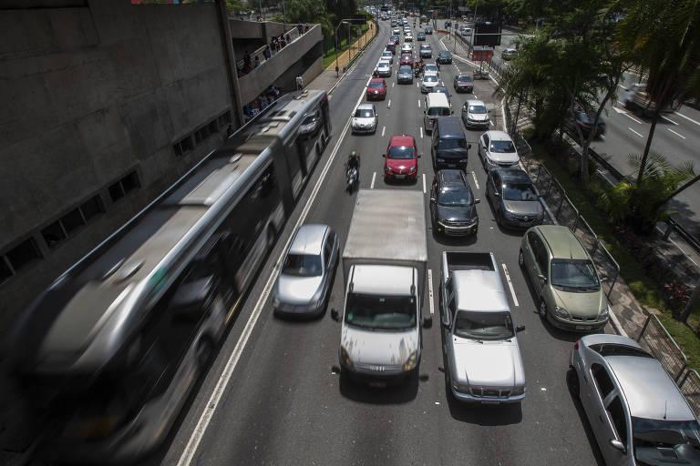 O prefeito reeleito Bruno Covas (PSDB) cumpriu apenas 24 das 71 metas definidas para 2019 e 2020 pela sua gestão, segundo levantamento feito pela Lupa. Um dos piores desempenhos da prefeitura ocorreu em mobilidade urbana. Das seis metas previstas, quatro não foram cumpridas. Covas não conseguiu implantar 9,4 quilômetros de corredores de ônibus. Na foto, o corredor de ônibus da Radial Leste, em frente a estação Tatuapé de metrô