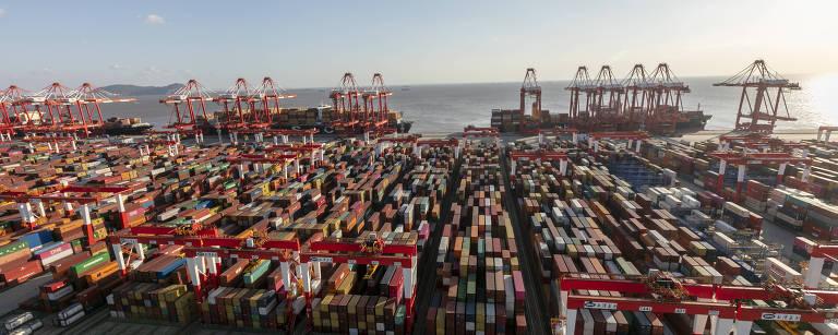 Doca de contêineres do porto de Yangshan em Xangai, leste da China
