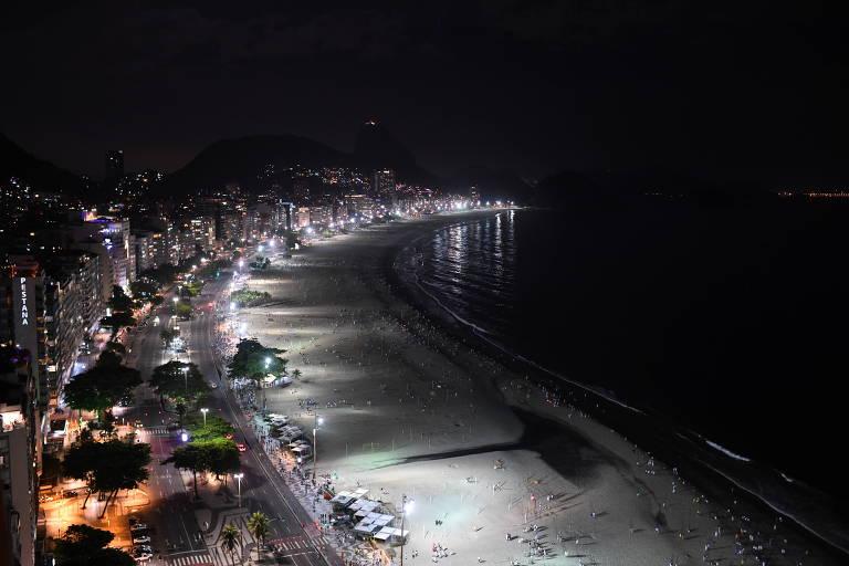 Praia de Copacabana às escuras