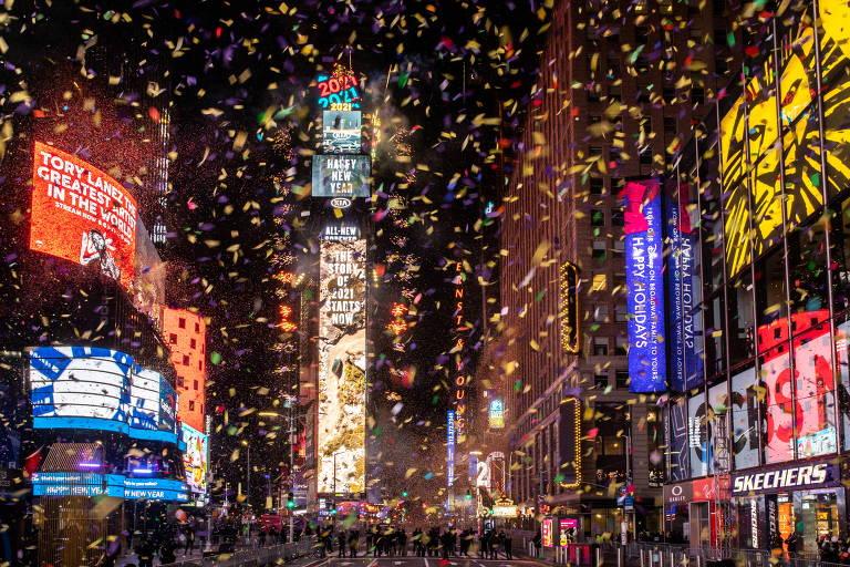 Papel picado dourado cai entre prédios icônicos de NY