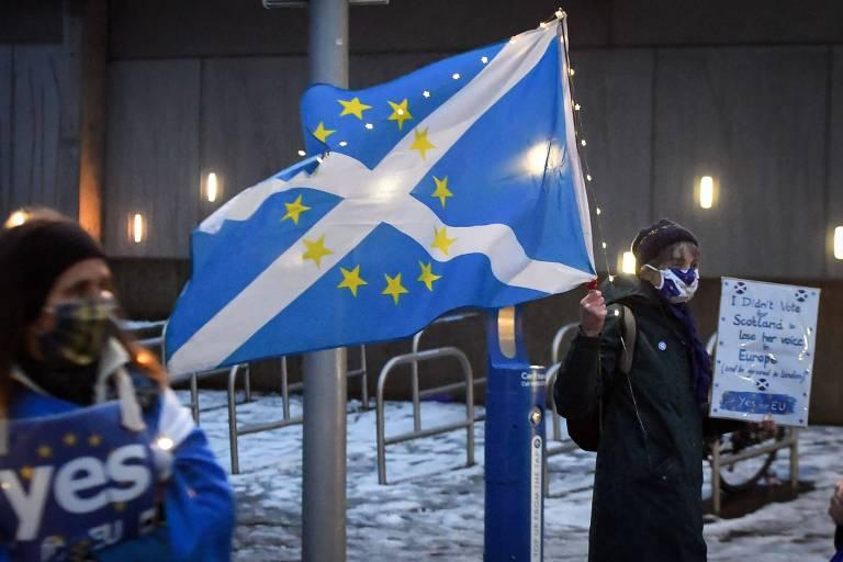 'Não votei para que a Escócia perdesse sua voz na Europa', diz cartaz de escocesa antibrexit em frente ao Parlamento escocês, em Edimburgo