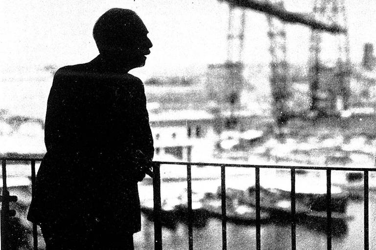 O escritor francês Paul Valéry observa o porto de Marselha