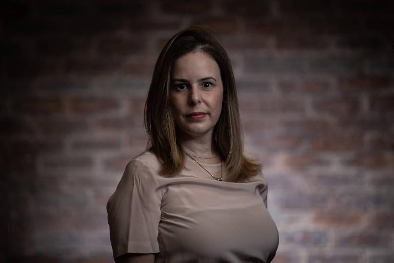 De pé, a advogada Danielle Serafino, que há dois anos usa recursos visuais em seus trabalhos jurídicos, em seu escritório, em São Paulo
