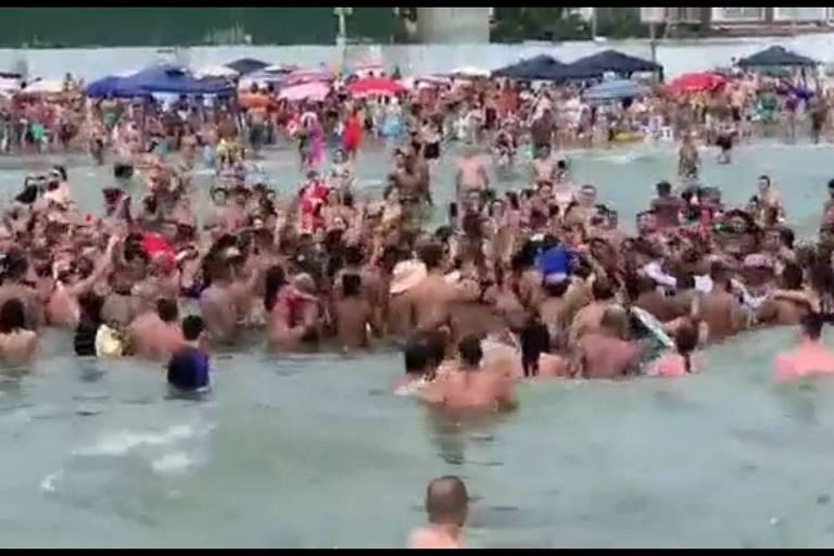 Jair Bolsonaro em aglomeração na praia, em Praia Grande