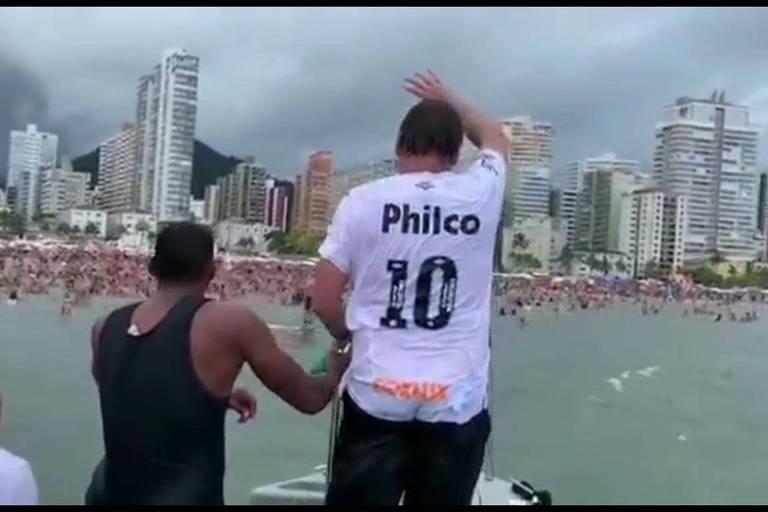 Jair Bolsonaro acena para banhistas após promover aglomeração dentro d'água em Praia Grande