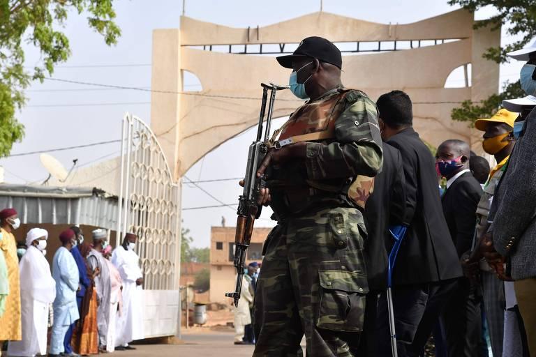Soldado do Níger patrulha local de votação antes da chegada do atual presidente do país, Mahamadou Issoufou