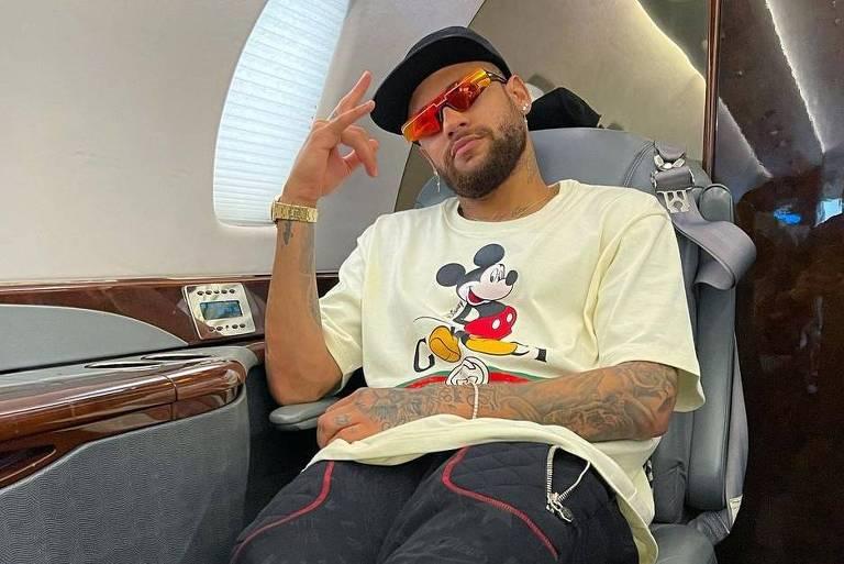 Neymar embarca de volta para a França