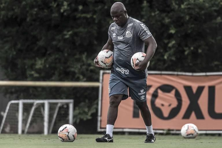 Arzul, preparador de goleiros do Santos, não pensa  em sair tão cedo do clube da Baixada