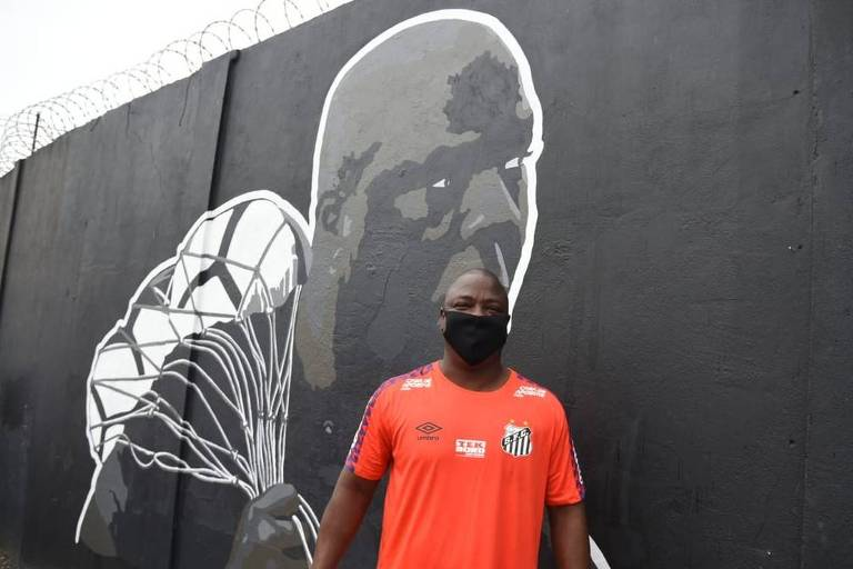 O preparador de goleiros do Santos, Arzul em frente ao muro do CT Rei Pelé, em Santos, onde teve seu rosto estampado ao lado de outros craques