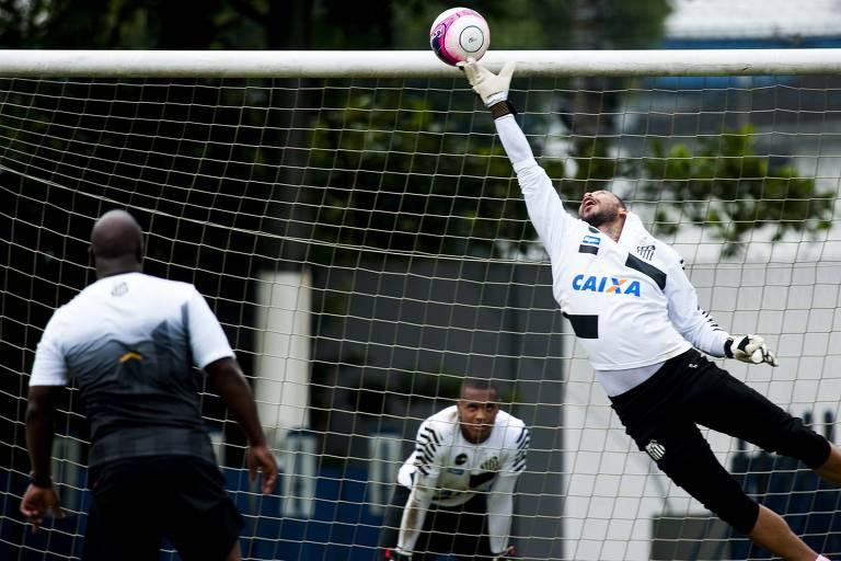 Arzul e Vladimir em treino do Santos em 2018, com John ao fundo; trabalhos do preparador são de alta intensidade