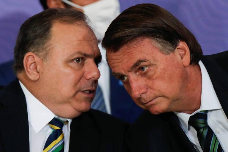 Bolsonaro ouve Pazuello, então ministro da Saúde, durante evento no Planalto