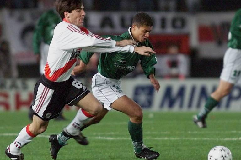 Alex (à dir.) arma jogada durante a partida de ida entre Palmeiras e River Plate pela semifinal da Libertadores de 1999, em Buenos