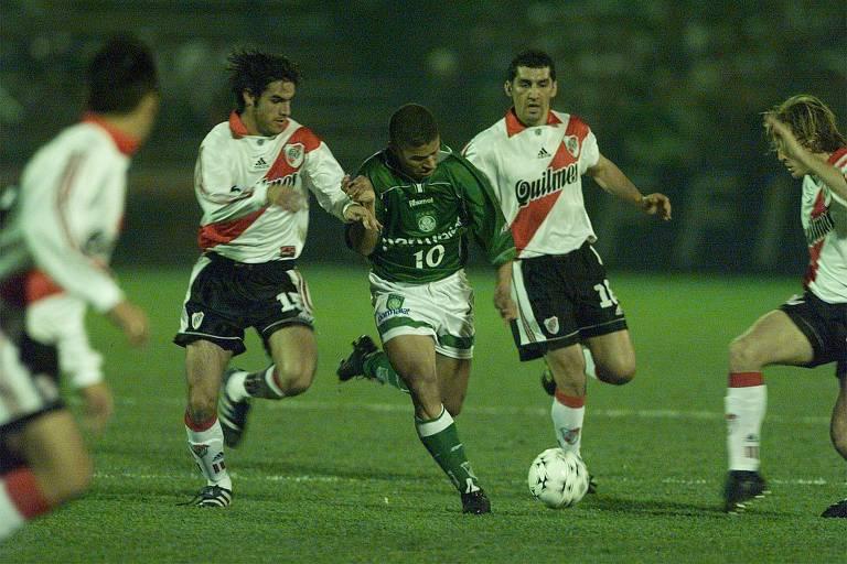 Alex, do Palmeiras, sofre com forte marcação durante a segunda partida contra o River Plate pela semifinal da Libertadores de 1999, no antigo Palestra Itália