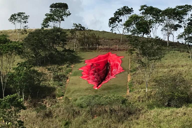 Escavação em montanha em forma de uma vulva
