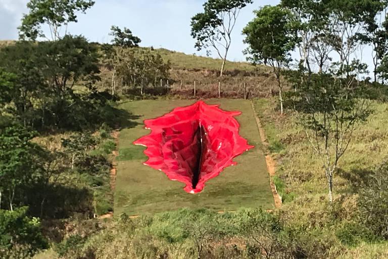 Conheça a obra da artista Juliana Notari, que escavou uma vulva de 33 metros de comprimento num antigo canavial