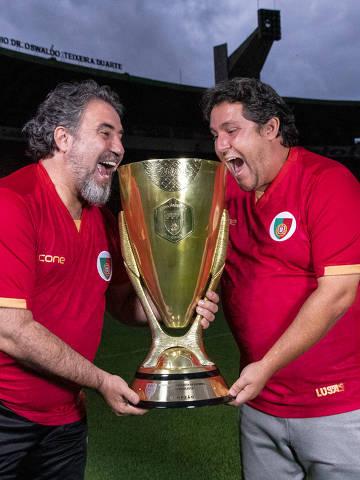 O técnico Fernando Marchiori e o presidente Antonio Carlos Castanheira com a taça da Copa Paulista conquistada pela Portuguesa